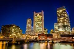 Kanalen för Boston horisont- och fortpunkt på natten, i Boston, M Arkivfoton