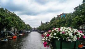 Kanalen för den Amsterdam flodbron grachten, Holland Netherlands royaltyfri bild