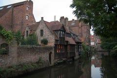 Kanalen från den kyssande bron på Brugge Royaltyfri Bild