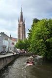 Kanalen i gammal stad med fartyg Royaltyfri Fotografi