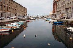 Kanalen i gatan av staden Royaltyfri Foto