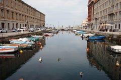Kanalen i gatan av staden Royaltyfri Bild