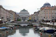 Kanalen i gatan av Trieste Arkivbilder