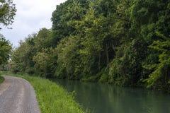 Kanalen kallade Naviglio Martesana n?ra staden av Canonica D ?Adda i norr Italien royaltyfri bild
