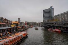 Kanalen kryssar omkring uppsamlingsläge, med många fartyg och personer fotografering för bildbyråer