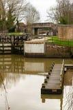 Kanalen låser och att förtöja för fartyg. Fotografering för Bildbyråer