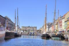Kanalen Nyhavn är i stadsKöpenhamn Arkivfoton