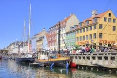 Kanalen Nyhavn är i stadsKöpenhamn Royaltyfri Bild