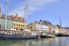 Kanalen Nyhavn är i stadsKöpenhamn Arkivbilder