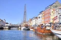 Kanalen Nyhavn är i stadsKöpenhamn Royaltyfria Bilder