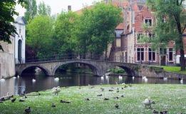 Kanalen och bron av den gammala delen i Bruges Arkivbild