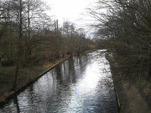 Kanalen på Cassiobury parkerar naturreserven Arkivfoton