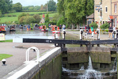 Kanalen på fyller på med bränsle Bruerne, Förenade kungariket arkivfoto