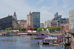 Kanalen rusar in Liverpools Albert Dock Royaltyfria Foton