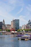 Kanalen rusar in Liverpools Albert Dock Arkivfoton