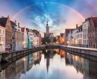 Kanalen van Brugge met regenboog, Belgi? royalty-vrije stock afbeeldingen