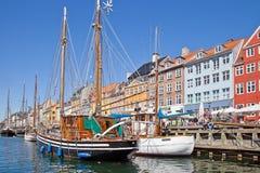 Kanaler är i stadsKöpenhamn Royaltyfria Bilder