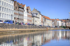 Kanaler är i stadsKöpenhamn Arkivbild