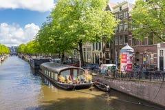 Kanaler av Amsterdam huvudstaden av Nederländerna Fotografering för Bildbyråer
