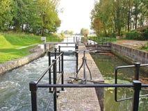 Kanaler av slussen i vattenbarriär Royaltyfria Foton
