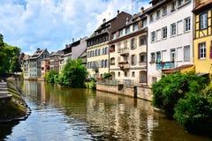 Kanaler av Strasbourg Frankrike med reflexioner Arkivbild