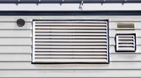 Kanaler för luftlufthål för ventilation på väggen royaltyfri foto