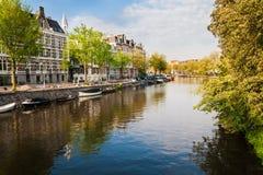 Kanaler, fartyg och byggnader i centrala Amsterdam Arkivbild
