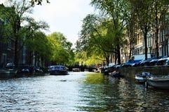 Kanaler i Amsterdam, Nederländerna, Europa och färgrika byggnader Arkivfoton