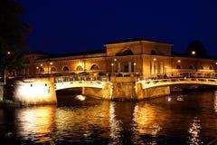 Kanaler och broar på natten Fotografering för Bildbyråer