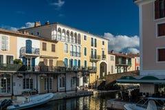 Kanaler och fartyg av den portGrimaud byn fotografering för bildbyråer