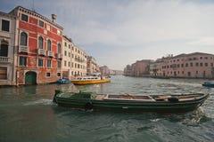 Kanaler och gator av Venedig Royaltyfri Bild