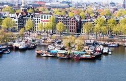 Kanaler och historiska byggnader i Amsterdam Typiska Amsterdam Arkivfoton