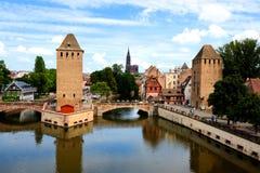 Kanaler och medeltida torn, Strasbourg, Frankrike Arkivfoton