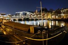 Kanaler på natten i Amsterdam Nederländerna Mars 2015 fotografering för bildbyråer