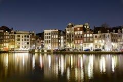 Kanaler på natten i Amsterdam Nederländerna Mars 2015 Landscape formaterar royaltyfria foton
