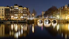 Kanaler på natten i Amsterdam Nederländerna Mars 2015 royaltyfria foton