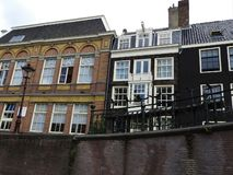 Kanalerna av Amsterdam, Nederländerna, klar sommardag arkivfoton
