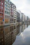 Kanalerna av Hamburg på Elbet River royaltyfria bilder