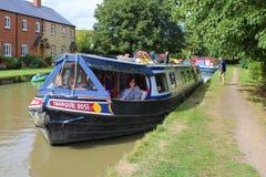 Kanalfartyg som förtöjas till kanalbanken fotografering för bildbyråer