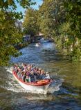 Kanalfartyget turnerar i den gamla staden av Bruges royaltyfria foton