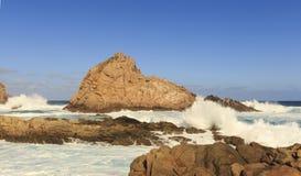 Kanalfelsen in der Gewalt des Ozeans Lizenzfreie Stockbilder