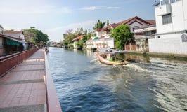 Kanalgångbanan och fartyget seglar på den Bangkok yai kanalen eller den Khlong smällen Luang Royaltyfri Bild