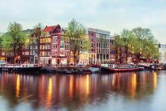Kanalhus av Amsterdam på skymning med vibrerande reflexioner, Neth Royaltyfria Foton