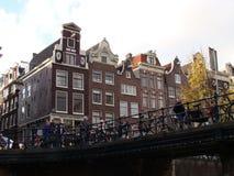 Kanalhus i Amsterdam, Nederländerna Royaltyfria Bilder