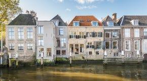 Kanalhus i en holländsk stad Arkivfoton