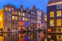 Kanalhus på skymning Amsterdam Arkivfoton