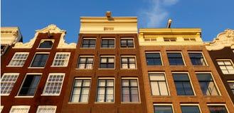 Kanalhusfasad i Nederländerna arkivbild