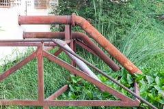 Kanalisation leitet außerhalb des Hauses, das zum Kanal ausläuft Stockfotografie