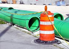 Kanalisation-Rohre und Barrikade Lizenzfreie Stockfotos