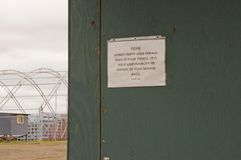 Kanalizacyjnego usuwania znak na festiwalu outhouse obrazy stock